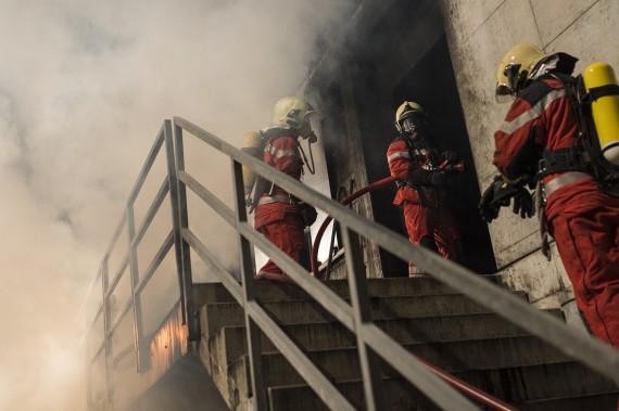 Die Milizfeuerwehr Zürich löscht den Brand und bringt die Kulturgüter aus dem Brandhaus.