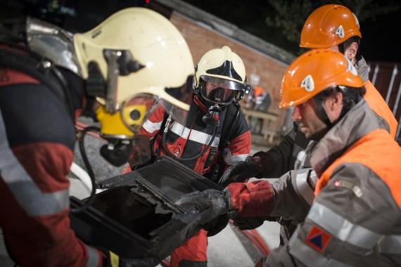 Feuerwehrleute der Milizfeuerwehr der Stadt Zürich übergeben die geborgenen Objekte an Angehörige der Kulturgüterschutzkompanie 50 des Zivilschutzes der Stadt Zürich