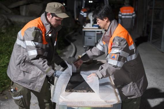 Kulturgüter werden von Zivilschützer für den Transport verpackt.