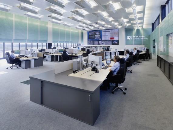 Die Einsatzleitzentrale von Schutz & Rettung Zürich. Auf der rechten Seite befinden sich die Disponenten