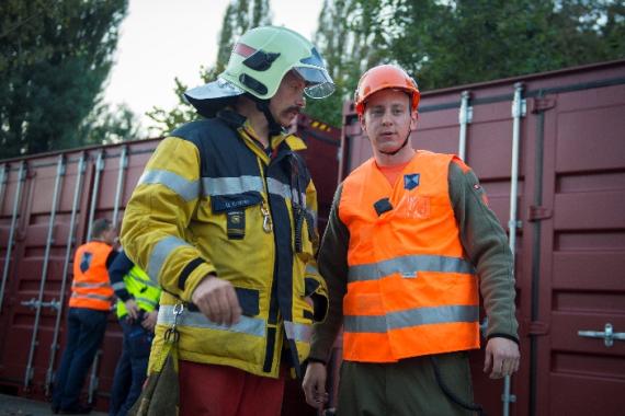 Absprache zwischen Einsatzleiter Feuerwehr und Einsatzleiter Kulturgüterschutz.