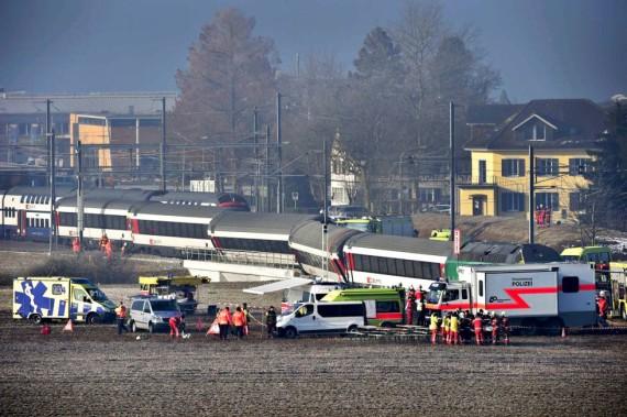 Der Schadensplatz beim Zugunglück in Rafz. Zu sehen sind Einsatzleitungen und Einsatzkräfte von Polizei, Rettungsdienst und Feuerwehr