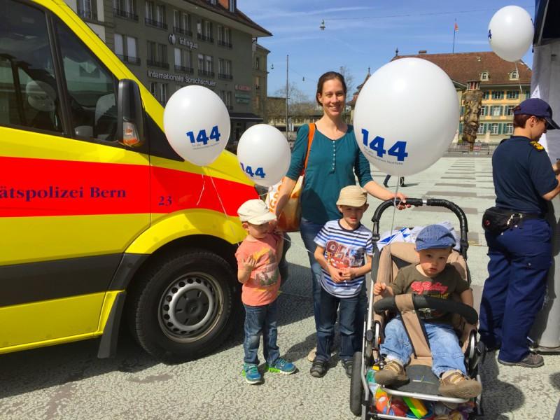 Des visiteurs au stand d'information de la police sanitaire de Berne