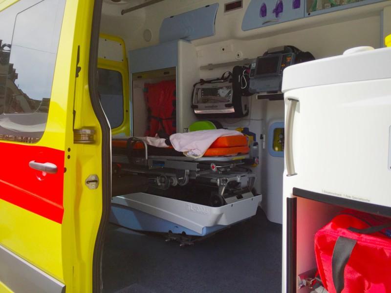 Les visiteurs ont pu monter dans l'ambulance, où les secouristes leur ont expliqué le fonctionnement de ces instruments qui peuvent sauver des vies. Les visiteurs ont pu monter dans l'ambulance, où les secouristes leur ont expliqué le fonctionnement de ces instruments qui peuvent sauver des vies.
