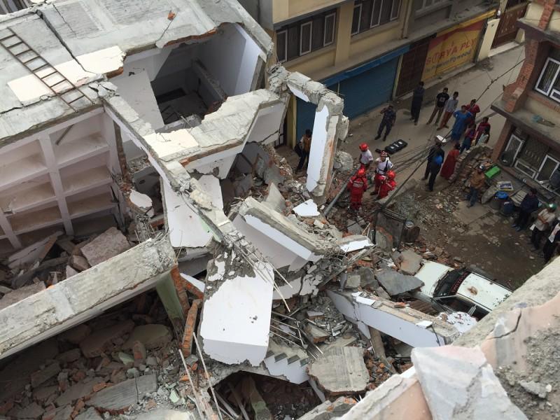 Peu après le séisme à Nepal, le «Groupe d'Intervention et de Secours» (G.I.S.), une organisation de sauvetage, est partie pour Katmandu afin d'évaluer la situation et de rechercher des personnes ensevelies.