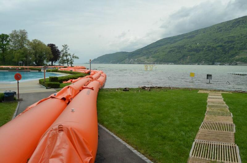 Strandbad Nidau: Schläuche halten das Seewasser zurück und Holzbretter für den Abtransport von Schwemmholz.