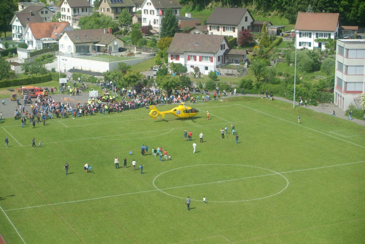 TCS-Rettungshelikopter beim notfallmässigen Start auf dem Festgelände.