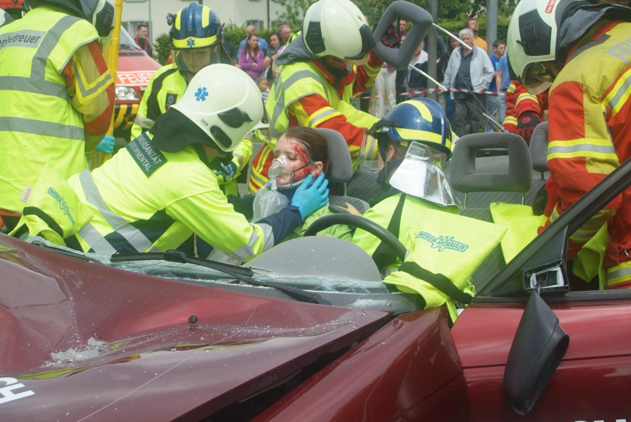 Eine «Patientin» wird bei der Demonstration eines Verkehrsunfalls von der Feuerwehrl aus dem Auto geborgen.