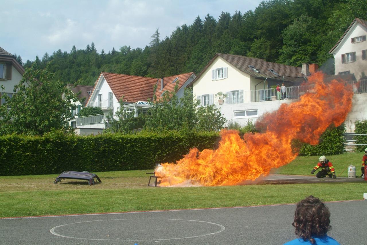 Eine brennende Friteuse. Das Feuer brennt meterhoch.