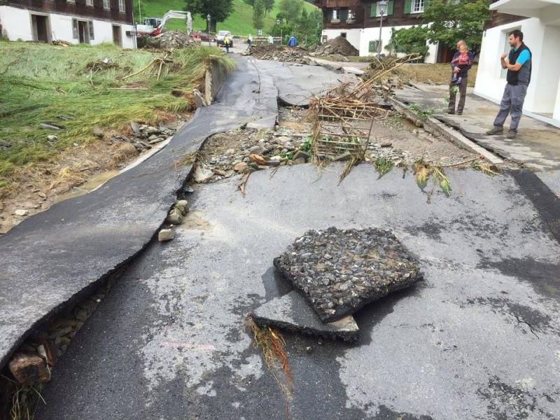 Die Strasse durch Dierikon wurde aufgespült und war für Fahrzeuge unpassierbar.