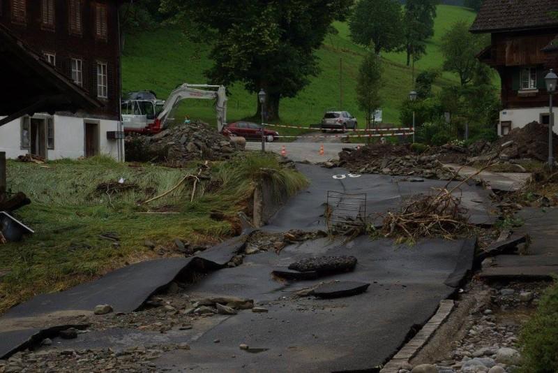 Die ehemalige Strasse durch Dierikon ist zerstört und unbefahrbar.