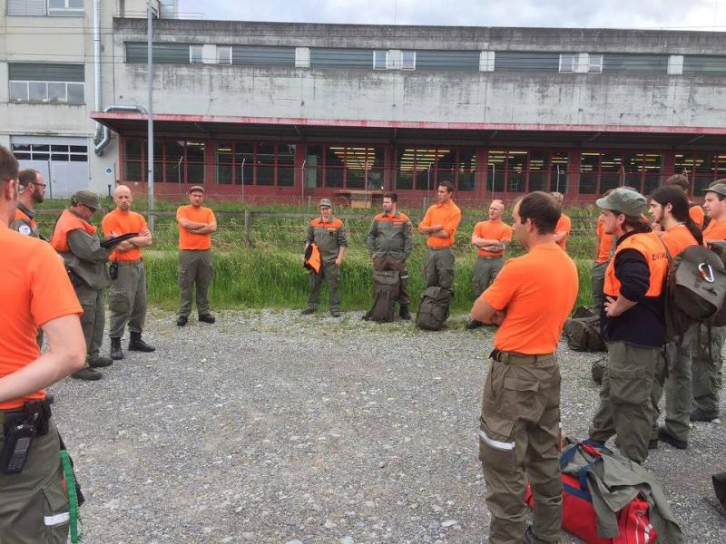 Die Zivilschutzer der ZSO Emme stehen in einem Kreis und besprechen das weitere Vorgehen.