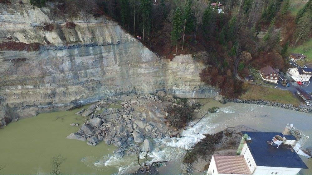 Die Luftaufnahme zeigt die gewaltigen Felsmassen, welche direkt in die Kleine Emme gestürzt sind
