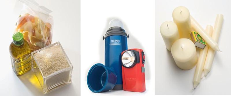 Eine Packung Teigwaren, Reis und eine Flasche Öl stehen neben einer Taschenlampe und Kerzen.