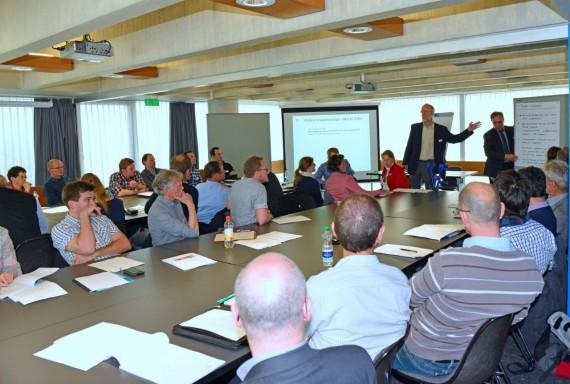 Workshop Teilnehmer hören Referat zu