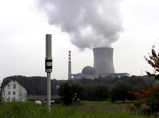 Das Bild zeigt im Vordergrund eine MASSUK-Messesonde, im Hintergrund der Reaktor eines KKW.