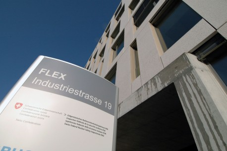 Das Bild zeigt das Eingangsschild des ENSI und einen Ausschnitt des Gebäude-Eingangs von aussen.
