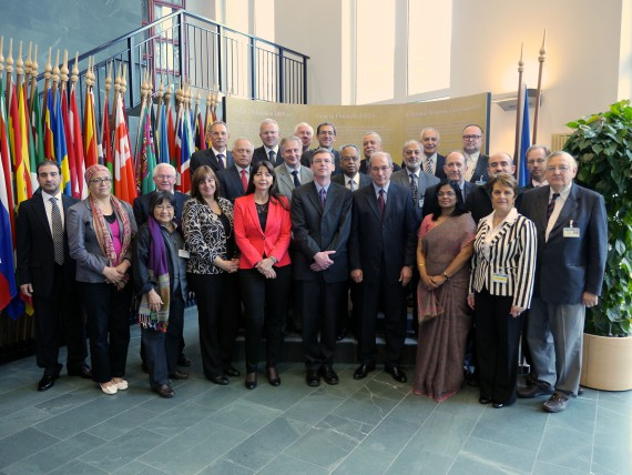 Gruppenfoto des OPCW Scientific Advisory Board mit OPCW Director-General und OPCW Deputy-Director General (2012-13)