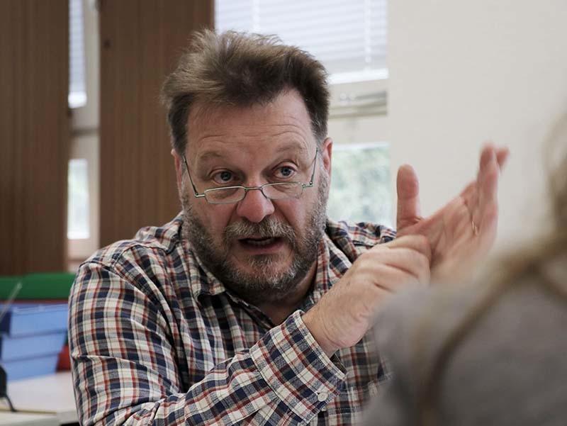 Monsieur Herbertz a l'air sérieux, il parle en faisant des gestes.